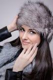 Ritratto di bella ragazza con il cappello di inverno sopra Immagine Stock