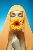 Ritratto di bella ragazza con il fiore. Immagini Stock