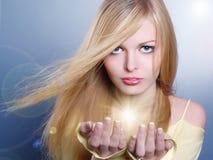 Ritratto di bella ragazza con indicatore luminoso Fotografie Stock