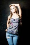 Ritratto di bella ragazza con l'acconciatura delle trecce Fotografia Stock