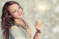 Ritratto di bella ragazza con la stella filante Fotografie Stock