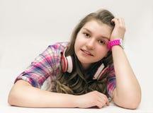 Ritratto di bella ragazza con le cuffie Immagine Stock