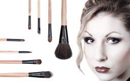Ritratto di bella ragazza con le spazzole di trucco Fotografie Stock Libere da Diritti