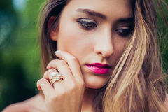 Ritratto di bella ragazza con trucco professionale Impilamento dei gioielli degli anelli Immagini Stock