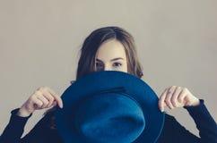 Ritratto di bella ragazza con un cappello Immagini Stock