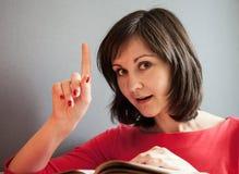 Ritratto di bella ragazza con un libro aperto Immagini Stock Libere da Diritti