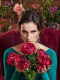 Ritratto di bella ragazza con un mazzo dei fiori Immagini Stock