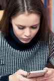 Ritratto di bella ragazza con un telefono immagine stock libera da diritti