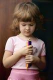 Ritratto di bella ragazza del bambino con la matita variopinta Fotografia Stock Libera da Diritti