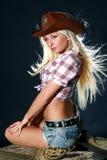 Ritratto di bella ragazza del rodeo in cappello dello sceriffo Fotografia Stock Libera da Diritti