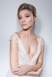 Ritratto di bella ragazza delicata nel vestito da rosa della sposa dell'aria con trucco luminoso nei toni rosa ed in bello hairst immagine stock