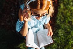Ritratto di bella ragazza dello studente, ascoltante la musica sulla testa fotografie stock