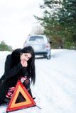 Ritratto di bella ragazza, di cui l'automobile ha ripartito in Immagine Stock
