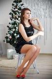 Ritratto di bella ragazza elegante esile con le gambe lunghe che si siede sopra Fotografia Stock