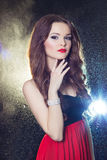 Ritratto di bella ragazza elegante sexy castana con capelli lunghi in vestito da sera con lo studio festivo luminoso di trucco fotografia stock libera da diritti