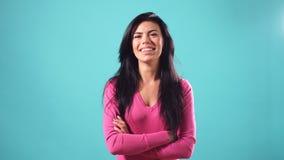 Ritratto di bella ragazza felice con capelli neri lunghi stock footage