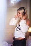 Ritratto di bella ragazza felice con le cuffie che ascolta la musica pop Immagini Stock