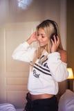 Ritratto di bella ragazza felice con le cuffie che ascolta la musica pop Fotografia Stock Libera da Diritti