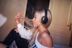 Ritratto di bella ragazza felice con le cuffie che ascolta la musica pop Fotografie Stock