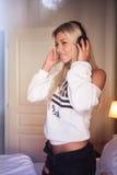 Ritratto di bella ragazza felice con le cuffie che ascolta la musica rock fotografia stock libera da diritti