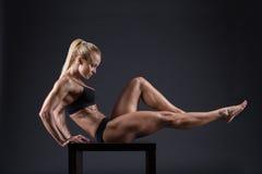 Ritratto di bella ragazza negli atleti dello studio Immagini Stock Libere da Diritti