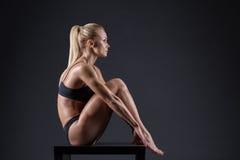 Ritratto di bella ragazza negli atleti dello studio Fotografie Stock