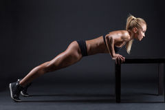 Ritratto di bella ragazza negli atleti dello studio Immagine Stock Libera da Diritti