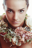 Ritratto di bella ragazza nei fiori Immagini Stock
