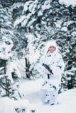 Ritratto di bella ragazza nel cacciatore bianco del cammuffamento con un g Immagini Stock