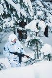 Ritratto di bella ragazza nel cacciatore bianco del cammuffamento con un g Fotografia Stock Libera da Diritti