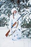 Ritratto di bella ragazza nel cacciatore bianco del cammuffamento con un g Fotografie Stock