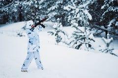 Ritratto di bella ragazza nel cacciatore bianco del cammuffamento con un g Immagine Stock