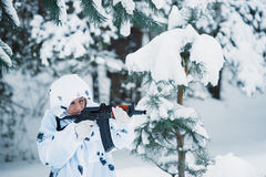 Ritratto di bella ragazza nel cacciatore bianco del cammuffamento con un g Fotografie Stock Libere da Diritti
