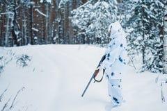Ritratto di bella ragazza nel cacciatore bianco del cammuffamento con un g Immagini Stock Libere da Diritti