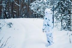 Ritratto di bella ragazza nel cacciatore bianco del cammuffamento con un g Fotografia Stock