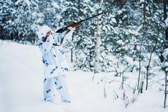 Ritratto di bella ragazza nel cacciatore bianco del cammuffamento con un g Immagine Stock Libera da Diritti