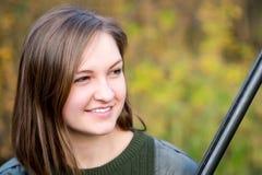 Ritratto di bella ragazza nel cacciatore del cammuffamento con il fucile da caccia Fotografia Stock Libera da Diritti