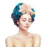 Ritratto di bella ragazza nel cappello dei fiori Fotografie Stock