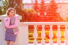 Ritratto di bella ragazza nella sosta Fotografia Stock Libera da Diritti