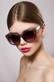 Ritratto di bella ragazza in occhiali da sole con le labbra rosse Fotografie Stock Libere da Diritti