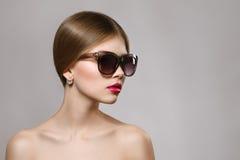 Ritratto di bella ragazza in occhiali da sole con le labbra rosse Fotografie Stock