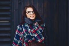 ritratto di bella ragazza in occhiali ed in una sciarpa contro w fotografie stock libere da diritti