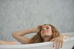 Ritratto di bella ragazza in pigiami bianchi Fotografia Stock