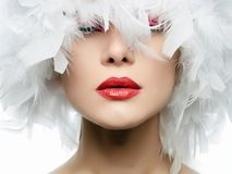 Ritratto di bella ragazza in piume bianche Fotografia Stock