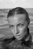 Ritratto di bella ragazza in primo piano dell'acqua immagine stock