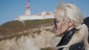 Ritratto di bella ragazza in primo piano nel vento, modello di moda di profilo sulla tempesta pazza del forte vento, femminile de video d archivio