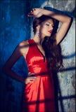 Ritratto di bella ragazza riccia sexy sensuale in un vestito rosso w Immagine Stock
