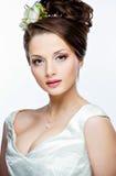 Ritratto di bella ragazza sensuale con un grande busto ed i fiori immagini stock libere da diritti
