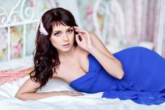 Ritratto di bella ragazza sensuale molto sveglia castana in un blu fotografie stock