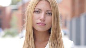 Ritratto di bella ragazza seria che guarda in camera Fotografia Stock